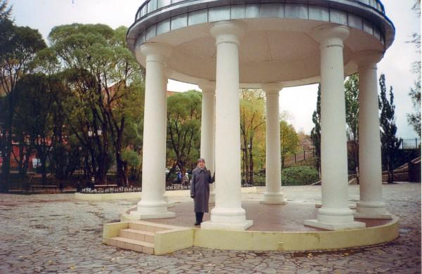 1-я стр. обложки. Любовь Хлызова в Мотовилихинском парке в Перми, октябрь 2010 г. Фото Алексея Хлызова.jpg